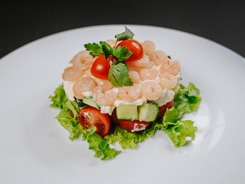 Flaky salad with shrimps