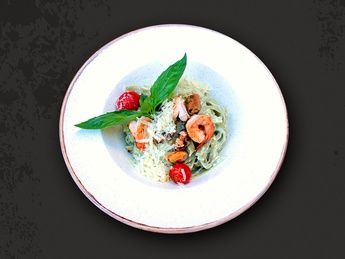 Spinach fettuccine with seafood