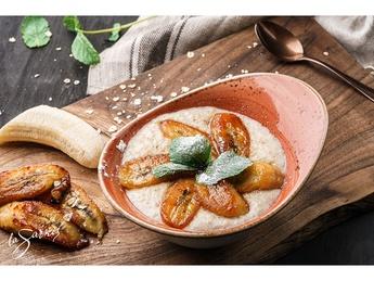 Oatmeal porridge with caramelized bananas