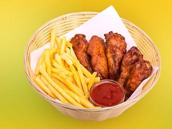 Куриные крылышки с картофелем фри