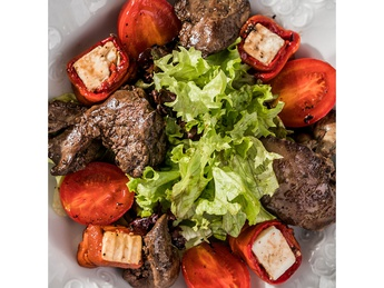 Salad mix with chicken liver and baked sweet pepper