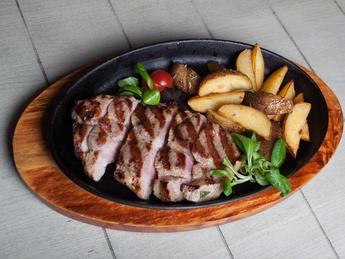 Steak din carne de porc cu legume la gratar
