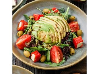 Салат-микс с печеным перцем и авокадо