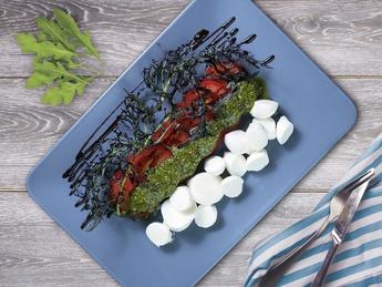 Salată de roșii cu mozzarela și sos pesto