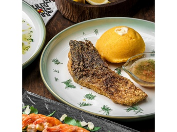 Carp fillet in cornmeal with polenta and garlic sauce