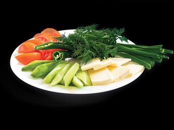 Ассорти из свежих овощей с брынзой