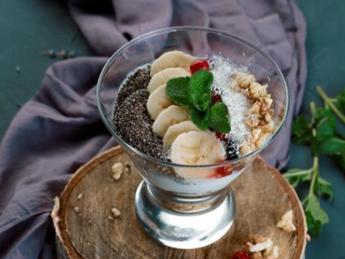 Muesli with yogurt and raspberry puree