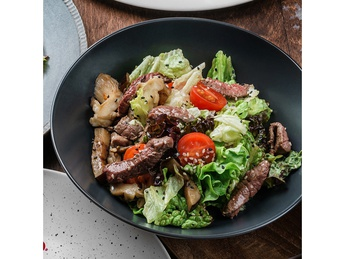 Grilled salad with veal, oyster mushrooms and baked pepper