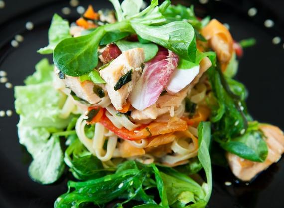 Теплый салат с семгой и рисовой лапшой