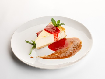 Classic cheesecake with caramel and raspberry jam