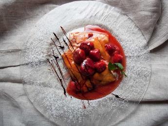 Clatite cu mascarpone si fructe caramelizate
