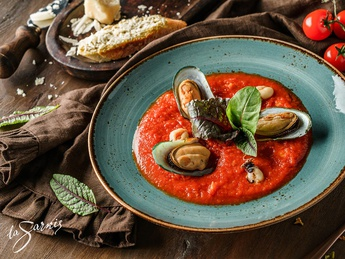 Tomato soup with mussels