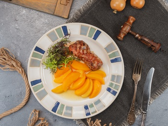 Mușchiuleț de porc cu piersici in vin alb