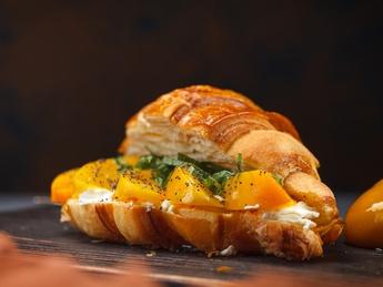 Croissant cu piersici și crema de brânză