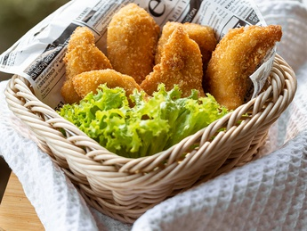 Crispy chicken nuggets with sauce picant