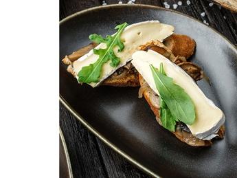 Брускетта с грибами и сыром бри